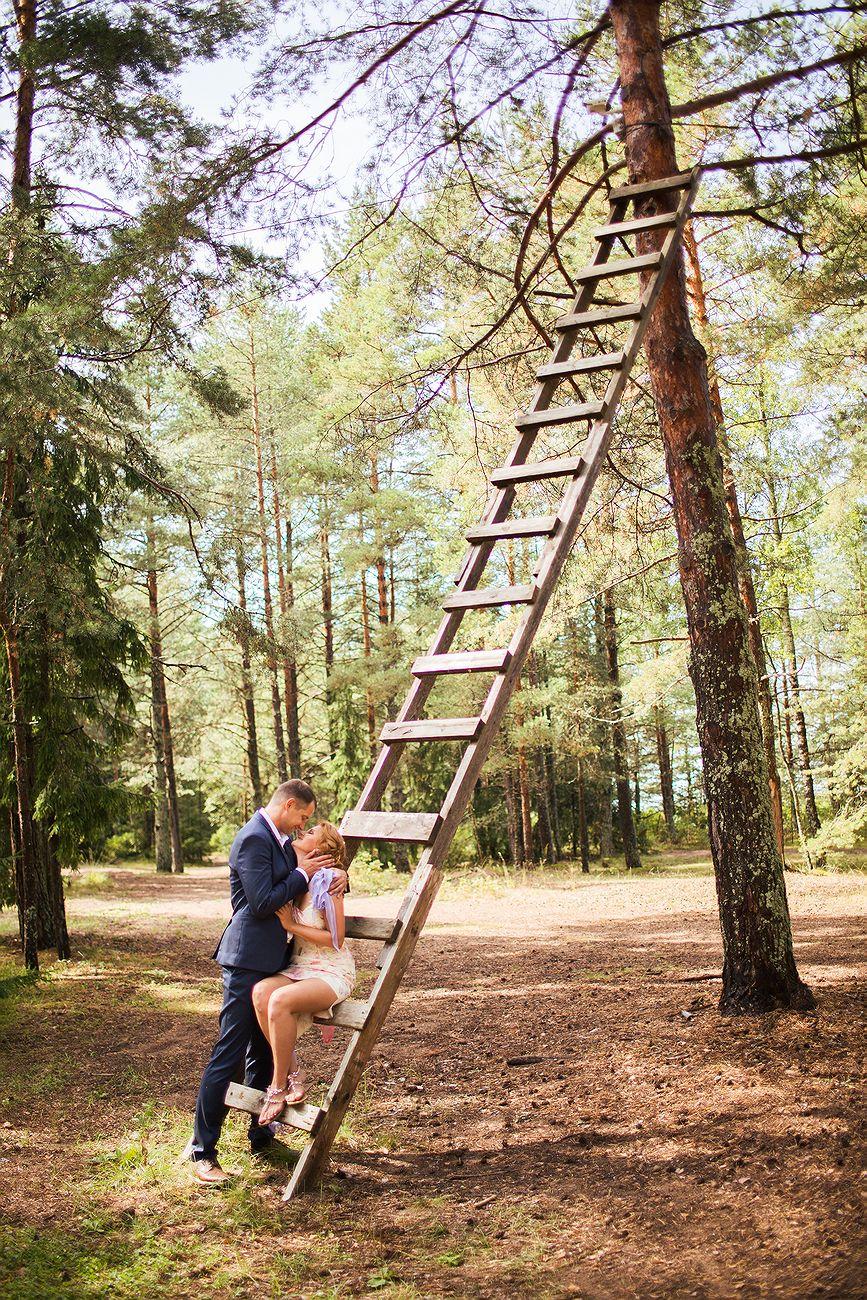 жених и невеста на лестнице, ведущей в счастливую даль