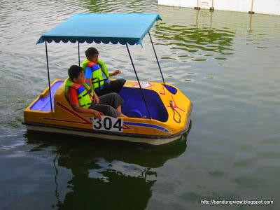 sepeda air floating market lembang