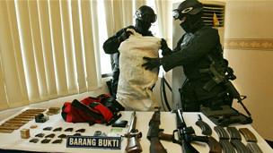 Serangkaian penangkapan terhadap tersangka pelaku teror terus dilakukan.