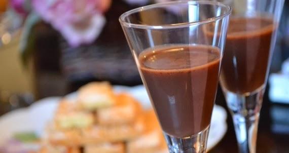 Saiba como fazer um delicioso licor de chocolate