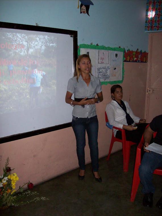Lcda. Melissa durante las exposiciones
