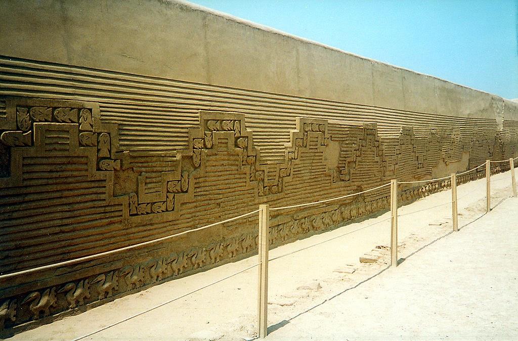 6) Uno de los muros de la ciudadela de Chan Chan