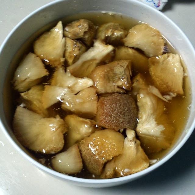 鍋に油を注ぎ、160度ほどに熱したら作り方1のヤマブシタケ を入れ、表面がきつね色になるまで揚げる。火が通ったら取り出して油を切っておく。(→Point参照)