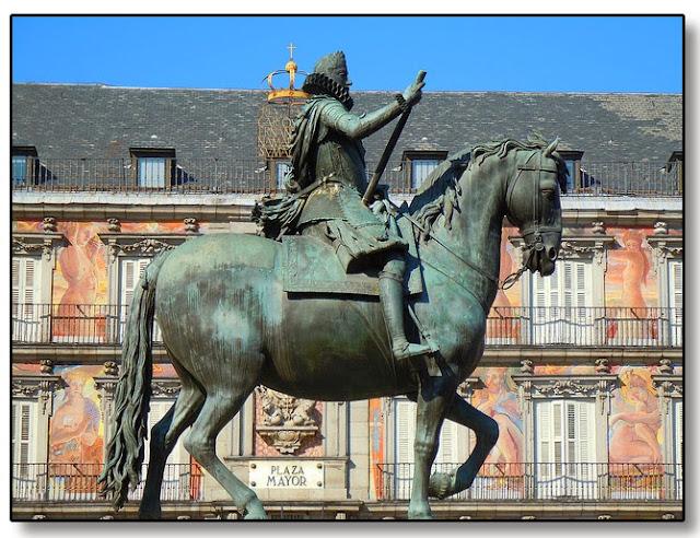 Estatua de Felipe III y al fondo la casa de la panadería