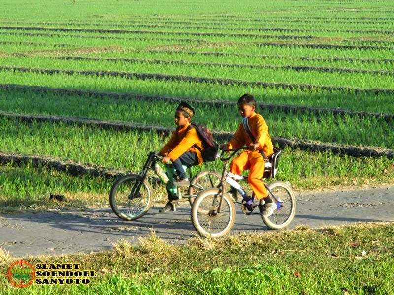 Berangkat Sekolah Naik Sepeda