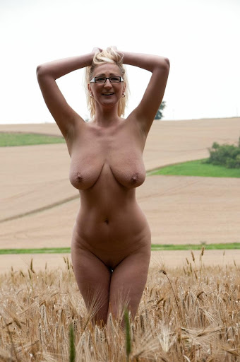Nackt Bilder : Wunderschön gebräunte Hänge Titten   nackter arsch.com