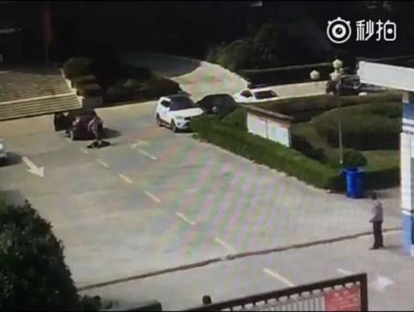 (Video) Lelaki Gila Bunuh Kekasih Bekas Isteri Dengan Kejam!