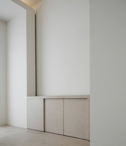 In der Küche hat der Architekt sandfarbenen Stein und helles Holz verwendet.