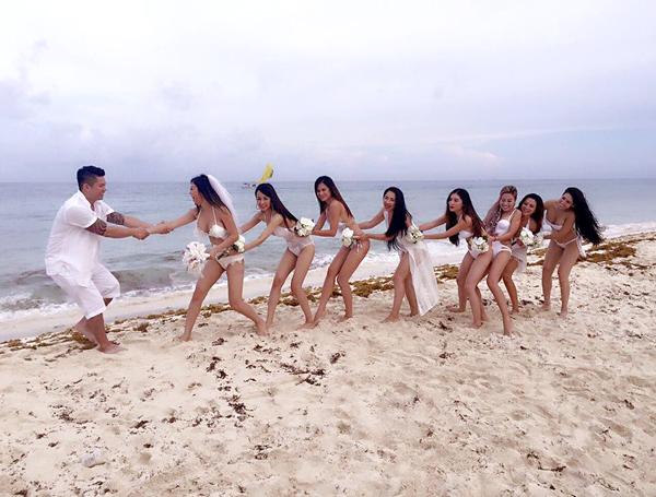 Trước giờ cử hành hôn lễ chính thức vào lúc hoàng hôn, cặp đôi đã có những phút vui đùa bên dàn phù dâu. Julia Hồ và 7 cô bạn thân đồng loạt mặc bikini, khoe vẻ gợi cảm.
