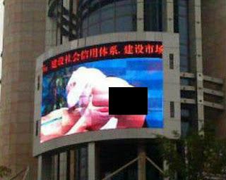 VIDEO - TELÃO EM PRAÇA DA CHINA MOSTRA PORNÔ POR 20 MINUTOS