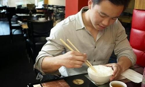 Chinês remarca passagem por um ano para comer de graça em aeroporto