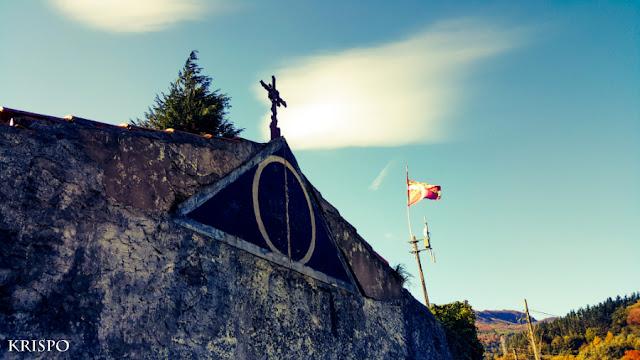 exterior del cementerio de Irura e ikurriña