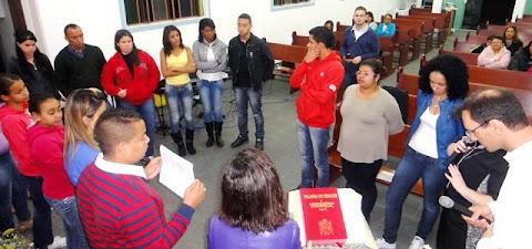 Jovens meditando a Palavra