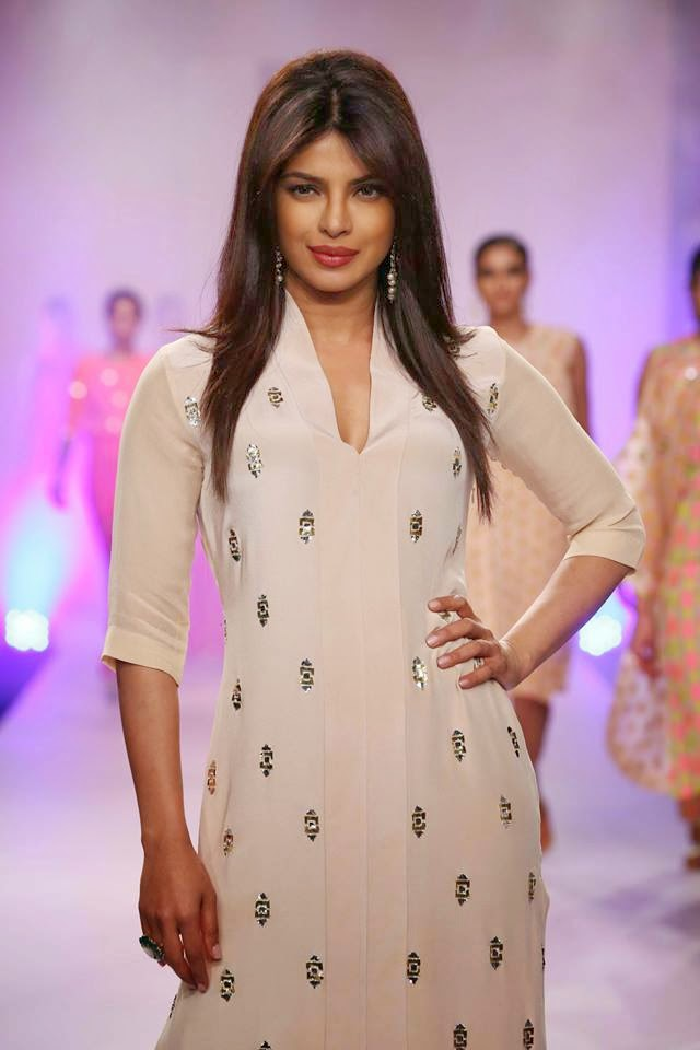 http://1.bp.blogspot.com/-1wjifufyL0g/UyXPJpB6m9I/AAAAAAABsfQ/uoCh1hcCs1k/s1600/Priyanka+Chopra+sizzles+on+the+ramp+for+Reliance+Trends+presents+Neeta+Lulla+at+LFW-2014+(4).jpg