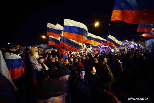 Người dân Crime ăn mừng sau cuộc trưng cầu ý dân. Cờ nước Nga tràn ngập đường phố bán đảo Crime