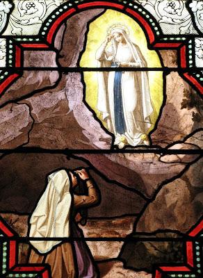 Santa Bernadete imita os gestos de Nossa Senhora