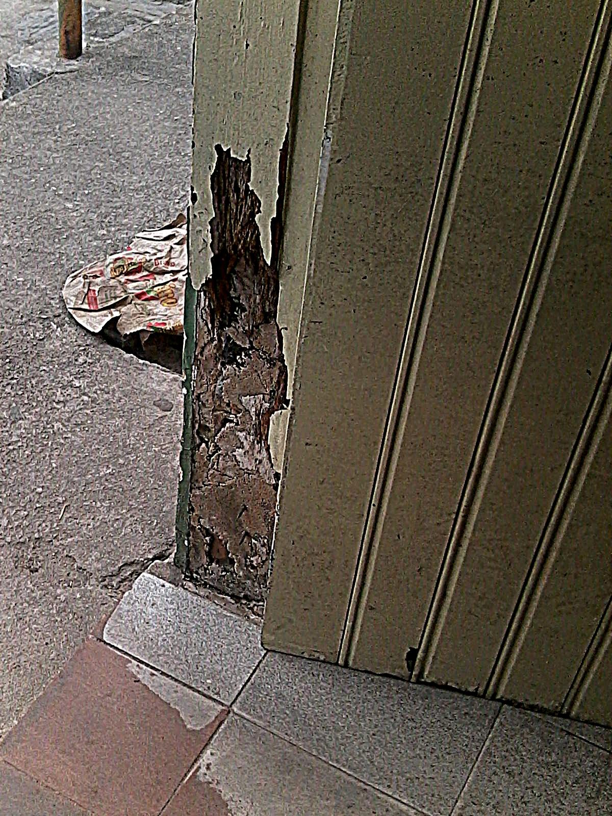 piso em alguns locais está separado da parede e está cedendo. #3B3424 1200 1600