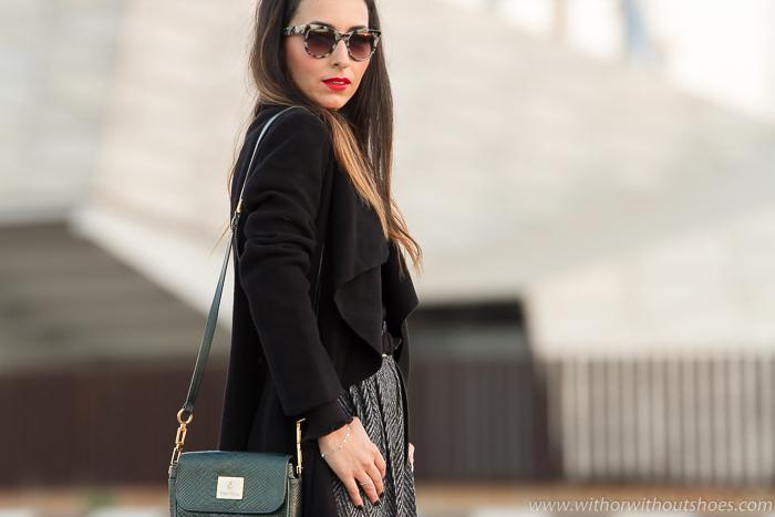 Blogger de Valencia de moda belleza estilo con look blanco y negro y labios rojos