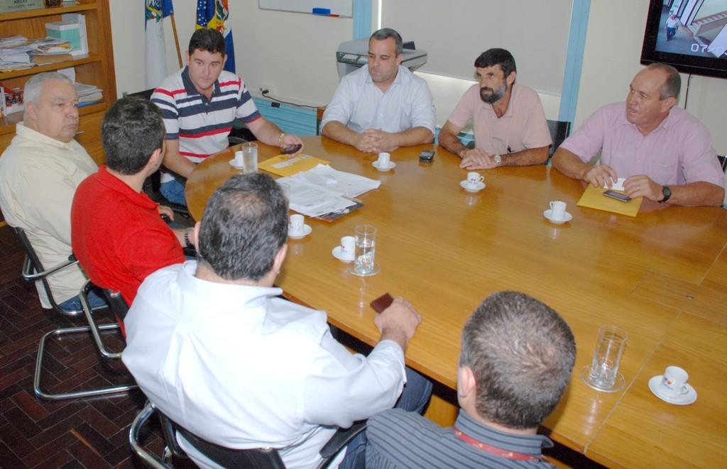Prefeitura e Câmara pedem à Ampla extensão de rede para o interior do município