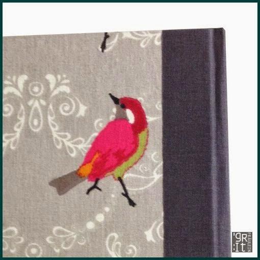 Detail: ein kleiner Vogel auf dem Stoff