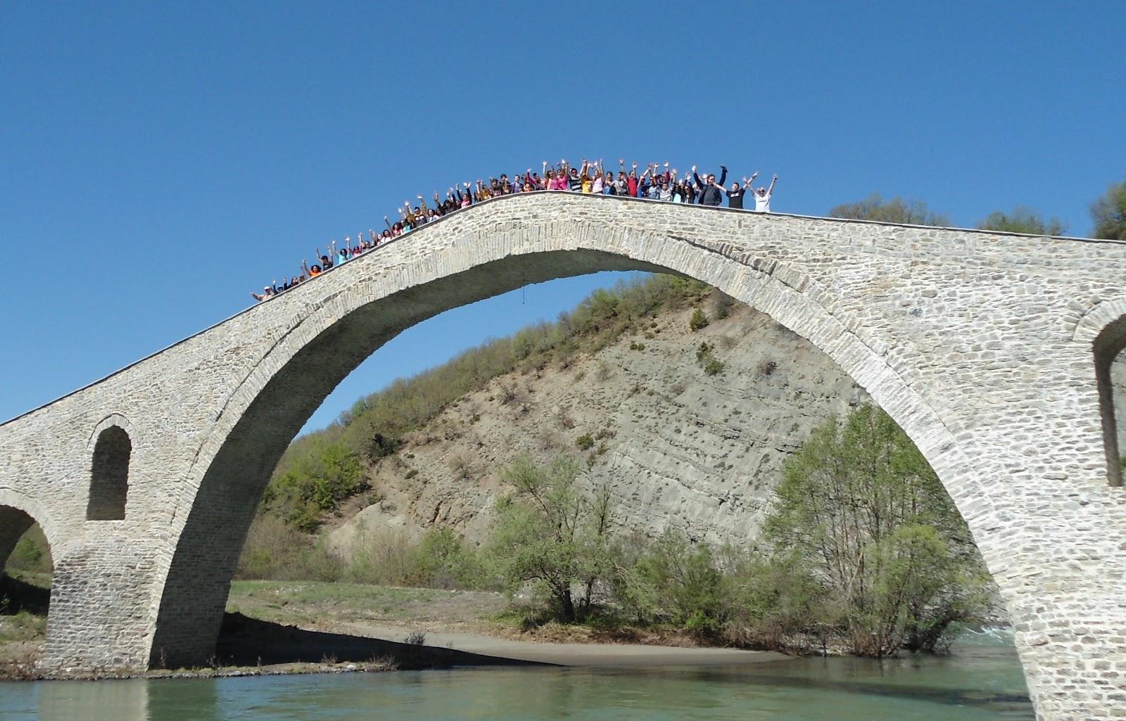 Τα δύο σχολεία στο γεφύριτου αζίζ-αγά
