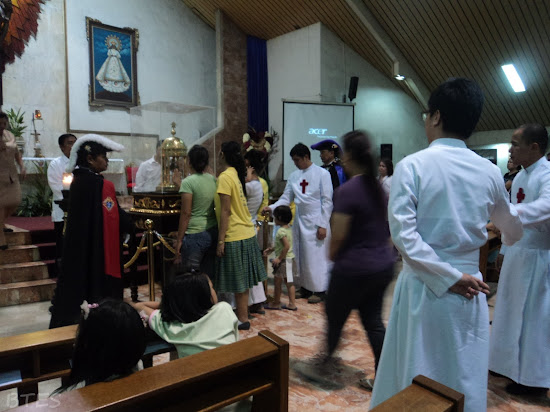 Queue to the relic of St. Camillus