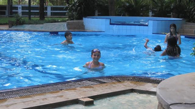 Macarena en una piscina