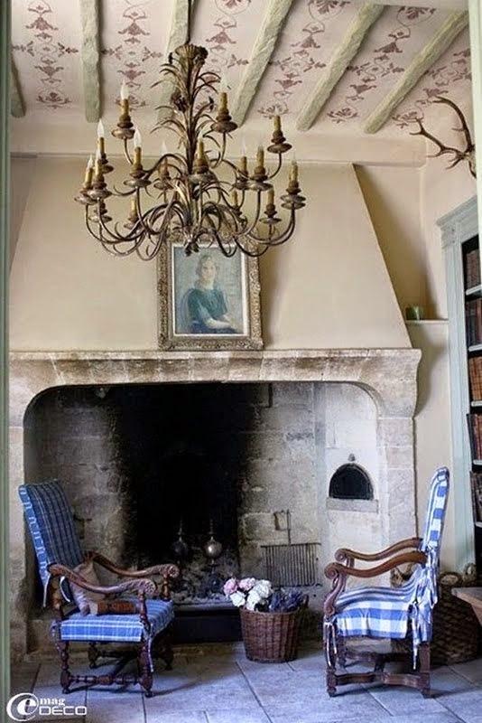 hogar le chimenea antiguo de gran altura
