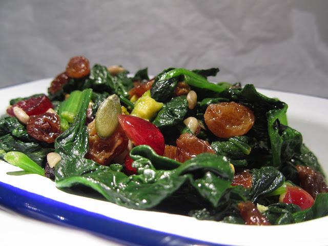 spinaci saltati con frutta secca e oleosa