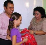 David Uribe, Secretario Pesca-Lider CNC, Sonia Cuevas entregan Utiles Escolares Calkini. 23ago11.