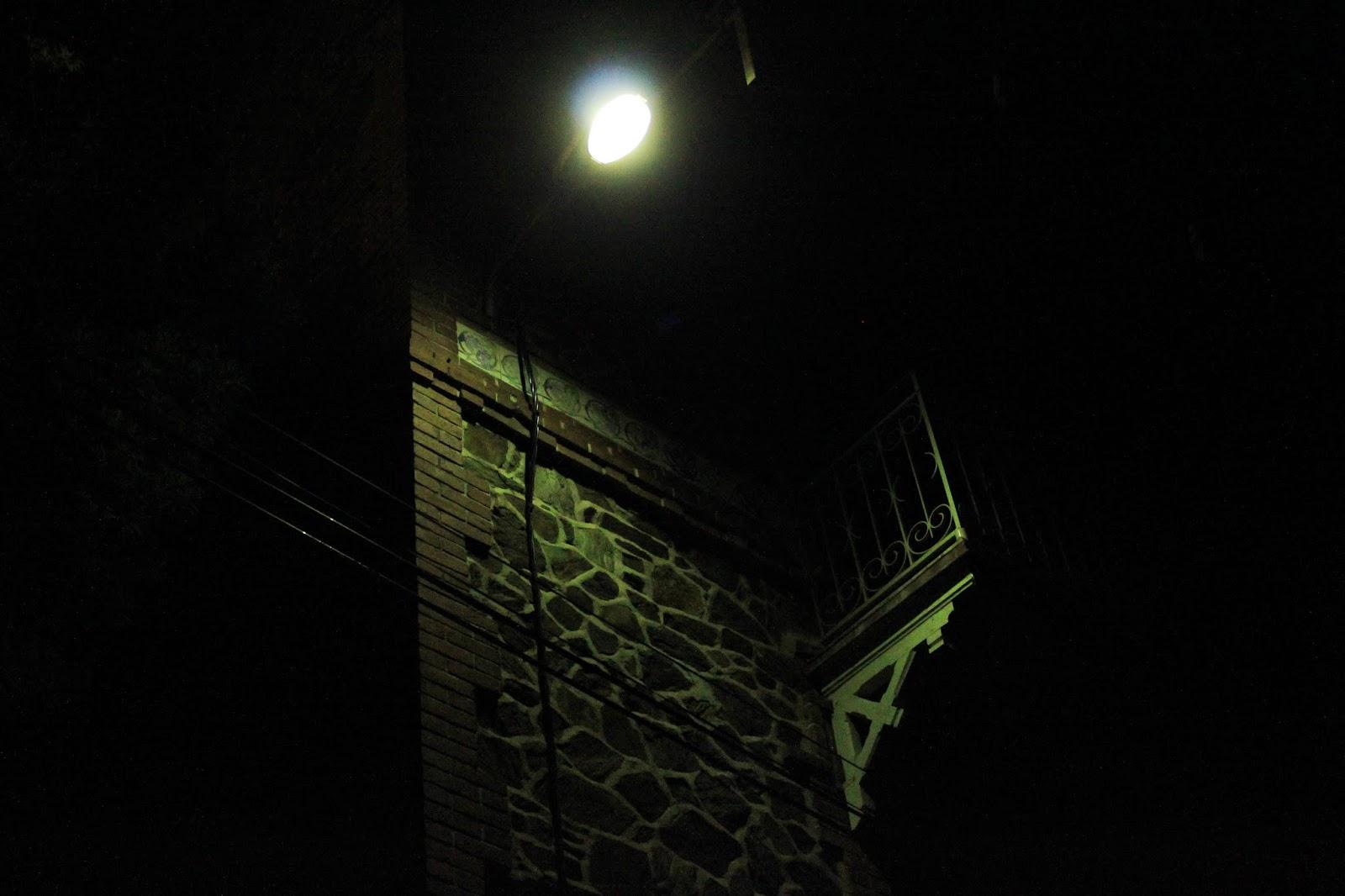 Sous un lampadaire en couleur