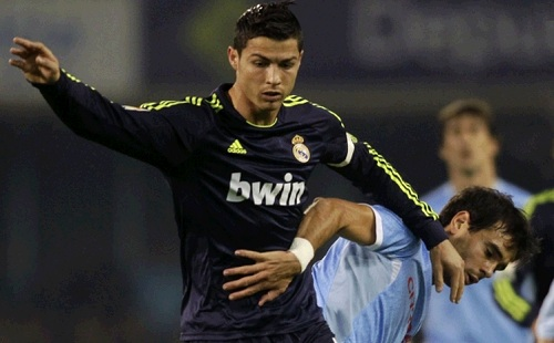 Cristiano Ronaldo fighting against a Celta player