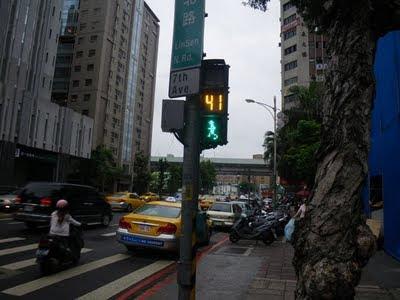 走る歩行者用信号機