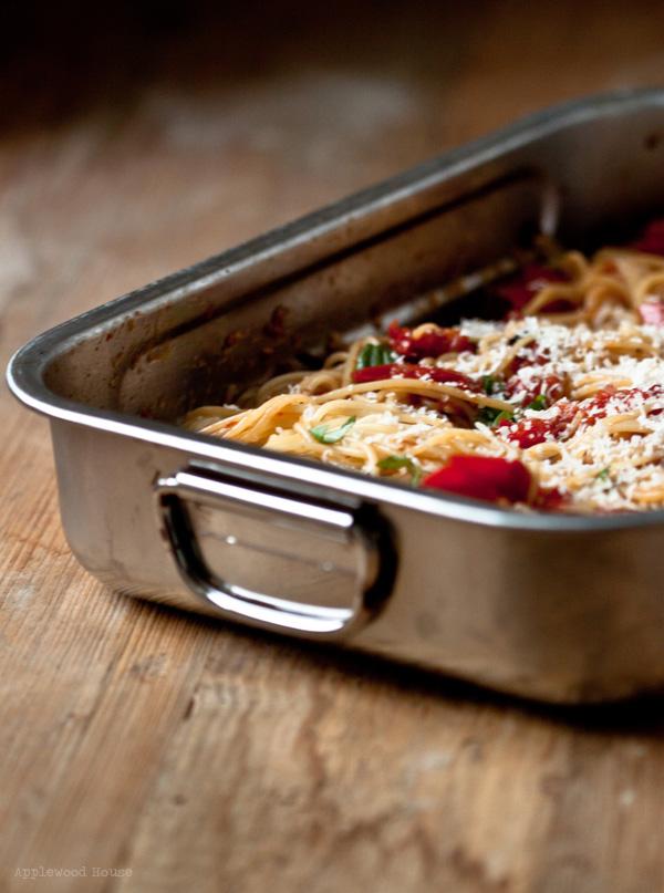 ofengeschmorte Tomaten Knoblauch rote Zwiebeln Spaghetti