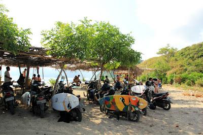 tempat wisata di lombok, pantai mawi, tempat wisata lombok tengah, tempat selancari di lombok, surfing di lombok