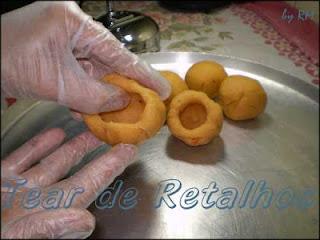 Abrir as bolinhas de massa de croquete com as mãos.