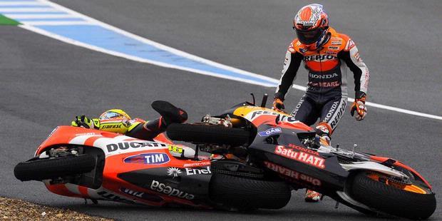 Moto GP Spanyol - Foto Kecelakaan Rossi-Stoner-Simoncelli
