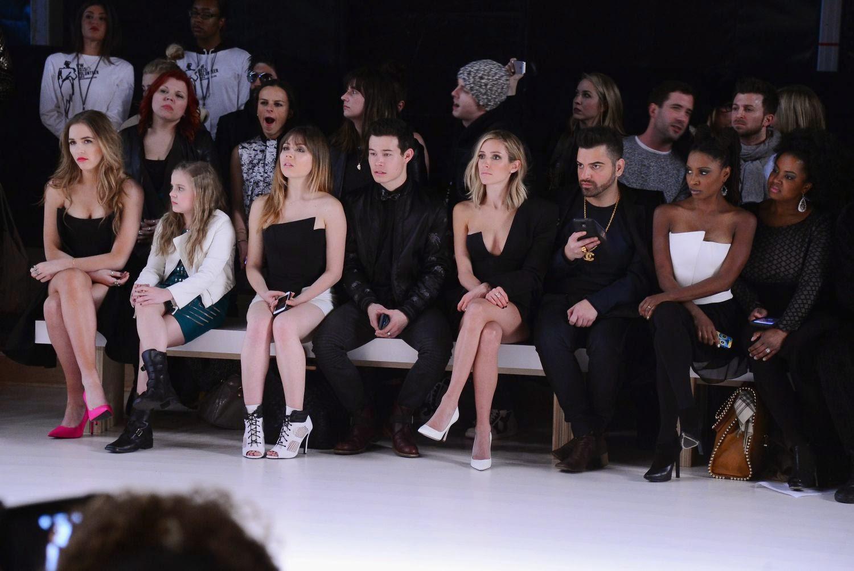 صور مصممة الأزياء كريستين كافالاري خلال عرض أزياء في نيويورك
