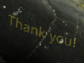 「Thank you!」と金色で印刷された石の写真