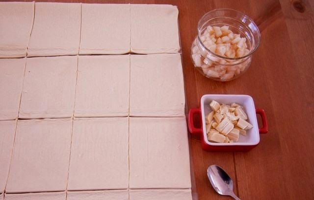 Αχλαδοπιτάκια με σφολιάτα και λευκή σοκολάτα Διαδικασία