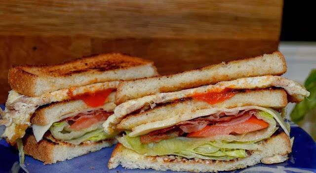 Sándwich de beicon y atún
