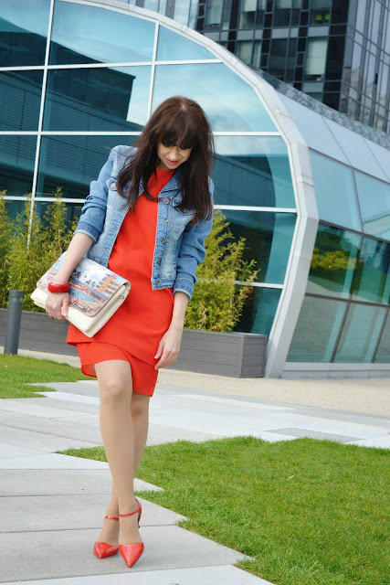 When a man is more chic than a woman_Katharine-fashion is beautiful_Denim bunda_Červené lakované lodičky_Červené šaty_Katarína Jakubčová_Fashion blogger