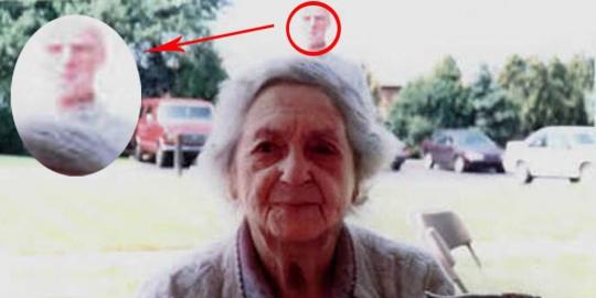 Hantu kakek di belakang nenek di Amerika