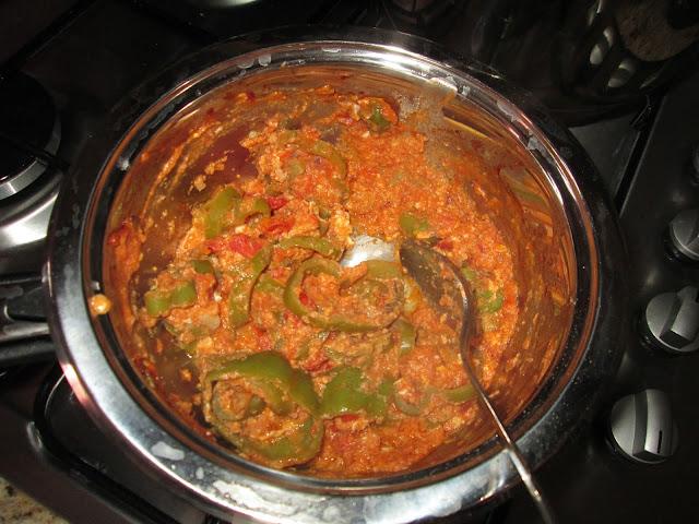 tomate, poivron, sel, poivre, oignon, huile, oeufs,