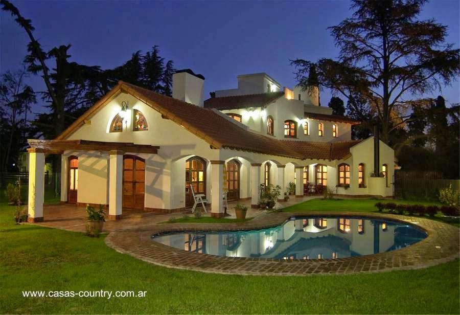 Casa moderna estilo Colonial español en suburbio
