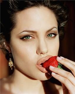 kinopoisk.ru-Angelina-Jolie-906300.jpg