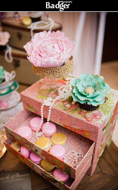 gatsby inspired gold blush and greyed jade flower cupcakes by Cupcake et Macaron Montreal