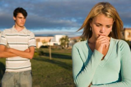 علامات ودلائل ان حبيبك ليس هو الشخص المناسب لك - امرأة بنت حائرة حيرانة حزينة - confused-girl-with-guy-friend