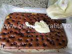 Prajitura cu visine Valurile Dunarii preparare reteta intinderea cremei de vanilie pe blat