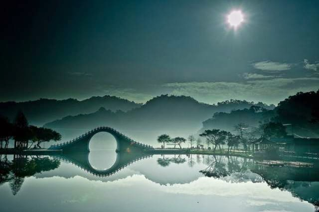 "This bridge is perfectly paired with the still waters in DaHu (""Big Lake"") Park in Taipei. Even though the park is near to the city's industrial complex, you'd never be able to tell from here."